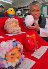 「ユニークな応募作ばかりで展覧会が楽しみ」と話す久保田さん=富士市の吉原宿・東木戸のくすりやさんで