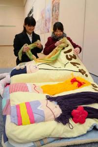 自作の布絵本を友人に紹介する二反田晃菜さん(右)=岐阜市宇佐の県美術館で