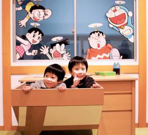 体験型フォトスポット「なりきりキャラひろば」でポーズをとる児童=高岡市美術館で