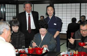 試食会で給仕や店について説明する境貞雄さん(奥左)と嘉代子さん(同右)=砺波市大門で