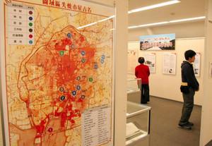空襲の被害や特徴を説明したパネル展示=名古屋市名東区よもぎ台2で