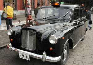公道が走れるよう修理された「ロンドンタクシー」=小松市の日本自動車博物館で
