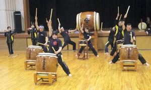 演奏会に向け「道」を練習する玉丸城太鼓保存会のメンバー=玉城町中央公民館で