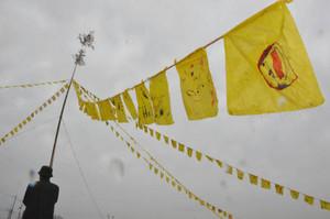 雨の中、風にそよぐ「黄色いハンカチ」=彦根市犬方町で