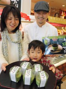 栗崎滉大君(中)、美津子さん(左)親子が考案し商品化された「あま緑のプリン」=あま市新居屋で