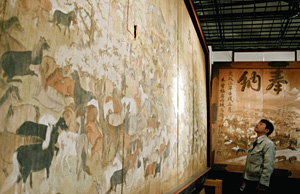 開創1200年記念の展示場に並ぶ仲仙寺の大絵馬=伊那市創造館で