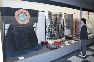 昭和時代の布団や寝間着が並ぶ会場=北名古屋市熊之庄の市歴史民俗資料館で