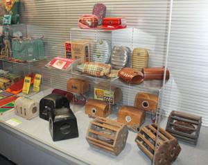 「豆炭あんか」や「湯たんぽ」など布団の中を温めるための道具=北名古屋市熊之庄の市歴史民俗資料館で