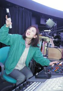 上映に向けて映像を最終確認する北島知子さん=いしかわ子ども交流センターで