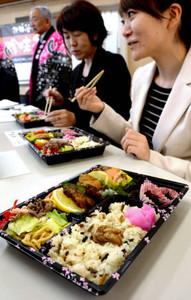 クマ、イノシシ、ザザムシなどの料理を盛り合わせた「珍味七色弁当」=伊那市の伊那商工会館で