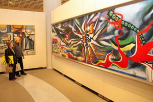館内にずらりと並ぶ20世紀の美術作品=県立近代美術館で