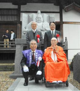 家康像の前に並ぶ堀田貫主(前列右)と徳川さん(後列左)ら=岡崎市鴨田町の大樹寺で