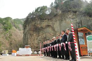 御嶽山の溶岩でできた「巌立」の前で開かれた滝開き=下呂市小坂町のがんだて公園で