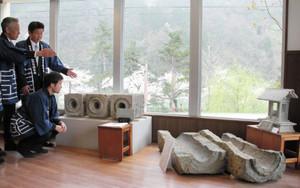 石管や神棚が並ぶ金屋石の展示コーナー=砺波市庄川町金屋で