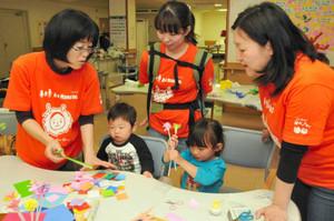 ママサポーターと工作を楽しむ子どもたち=金沢市彦三町で
