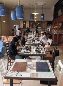 机や床などにタイルが使われ、ワークスペースを併設した「SWANTILE CAFE」=多治見市旭ケ丘で