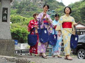 色浴衣を着てイベントをPRする旅館の従業員=菰野町の湯の山温泉で