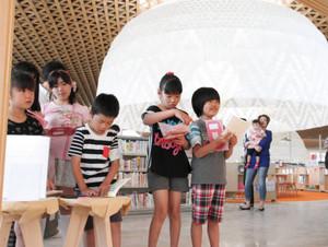 図書館の中でスタンプラリーを楽しむ子どもたち=岐阜市司町のぎふメディアコスモスで