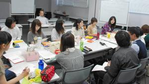 コンサートの成功に向けて、話し合いを進める学生ら=浜松市中区の静岡文化芸術大で