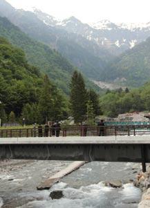 北アルプスの山々の眺望が楽しめる恵橋=高山市奥飛騨温泉郷で