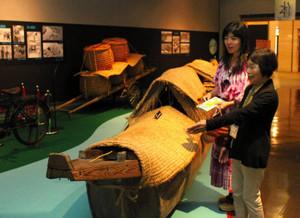 国の重要有形民俗文化財の「餌飼船」を鑑賞する来場者ら=岐阜市大宮町の市歴史博物館で