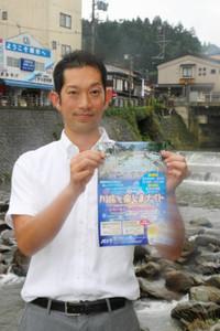川床の企画を伝えるポスターを持つ住さん=高山市本町で