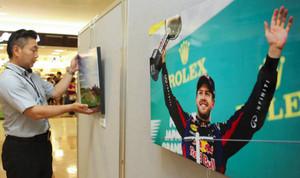 特設コーナーを彩るF1日本グランプリの写真=いずれも鈴鹿市庄野羽山のイオンモール鈴鹿で