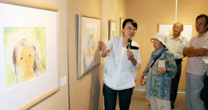 いわさきちひろの作品を解説する長井瑶子さん(左)=滑川市立博物館で