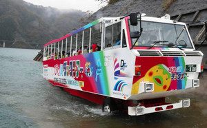 昨年11月の試験運行時の水陸両用バス=揖斐川町開田で