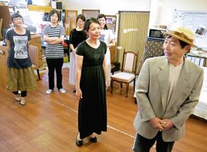 公演に向けて芝居の稽古に励む団員たち=金沢市南新保町で