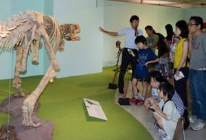 展示している化石の解説をする今井拓哉研究職員(左)=金沢市のめいてつ・エムザで