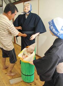 竹取物語を題材にした「造り人形」を準備する実行委メンバー=豊郷町で