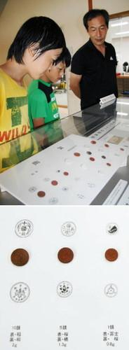 【上】子どもたちに陶貨の説明をする島崎透さん(右)【下】太平洋戦争末期に造られた陶貨(左から10銭、5銭、1銭)=いずれも能美市立博物館で