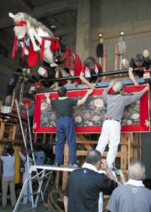 山車に幕などを飾り付ける住民ら=敦賀市相生町で