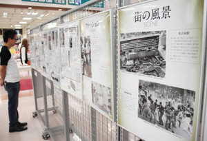 名古屋・栄の南大津通で1970年に始まった歩行者天国の写真などが並ぶ会場=岡崎市日名北町のアピタ岡崎北店で