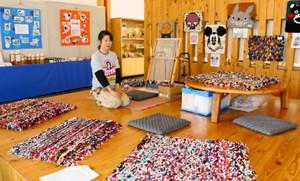 色とりどりの織物が並ぶ会場=尾鷲市向井の県立熊野古道センターで