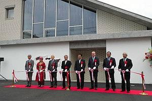 開館を祝ってテープカットする関係者ら=中津川市付知町の熊谷守一つけち記念館で