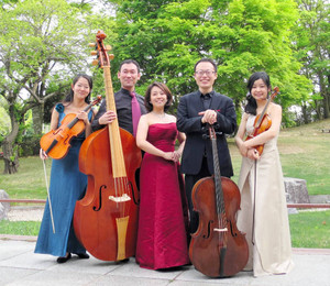 シューベルトの「ます」などを披露する予定の小川加恵さん(中央)ら五重奏団のメンバー