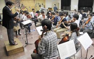 定期演奏会に向け練習に熱が入る滋賀大オーケストラ=彦根市大藪町の中地区公民館で