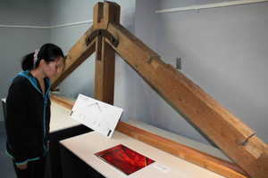 敦賀赤レンガ倉庫で実際に使われていた木組みの一部=敦賀市結城町で