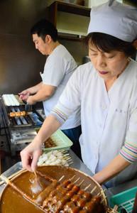 東濃地域では、団子の形をした五平餅がよく食べられている=恵那市大井町の五平餅店「あまから」で