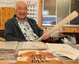 うるち米をつぶすキリの木を持つ柘植弘成さん=恵那市三郷町で