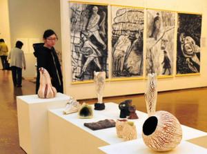 絵画や彫刻、立体作品など個性豊かな作品が並ぶ会場=津市の県総合文化センターで