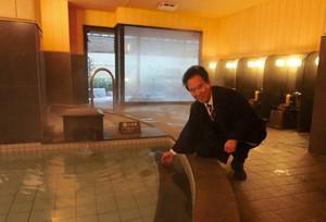 オープンしたばかりの新浴場「月泉」。露天風呂には打たせ湯も加えた=御嵩町の了山で