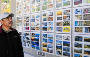 こつこつと集めた鉄道カードを展示する伊藤さん=津市博多町の津博多郵便局で
