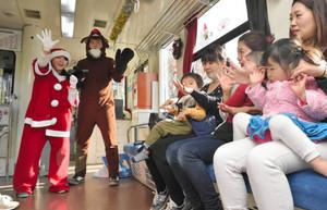 手遊びやクイズなどで子どもたちを楽しませる学生ボランティア=甲賀市で