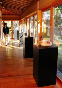 日本家屋の空間を生かした陶芸作品の展示=富山市奥田新町で