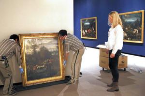 搬入した風景画の飾り付けが進むウィーン美術史美術館展=静岡市駿河区の県立美術館で