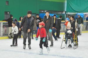 スケートを楽しむ来場者ら=伊賀市西明寺で
