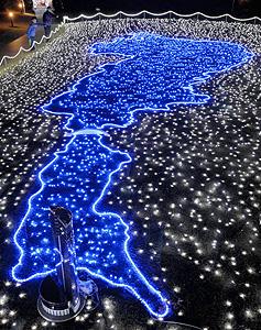 ホテル前を彩る琵琶湖の形をしたイルミネーション=大津市におの浜で